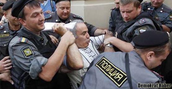 Kasparov'a 'Pussy Riot' gözaltısı