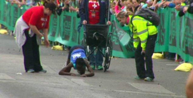 Kenyalı maratoncu, son 400 metreyi sürünerek tamamladı