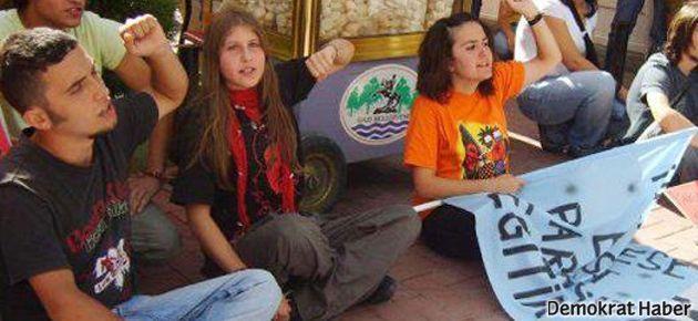 'Kırmızı fularlı kız'a 5 yıl hapis istendi