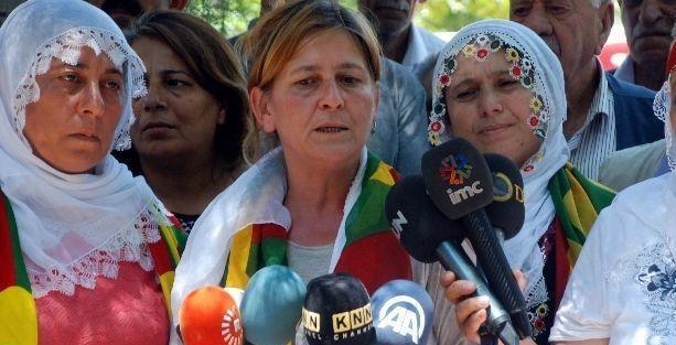 'Kırmızı fularlı kız'ın annesi Diyarbakır'da oturma eyleminde