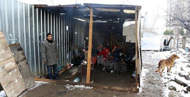 Kış ortasında evleri yıkılan Romanlar 4 gündür sokakta yaşıyor!