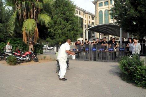 Kobani eylemine, polislerin önünde kılıçlı saldırı