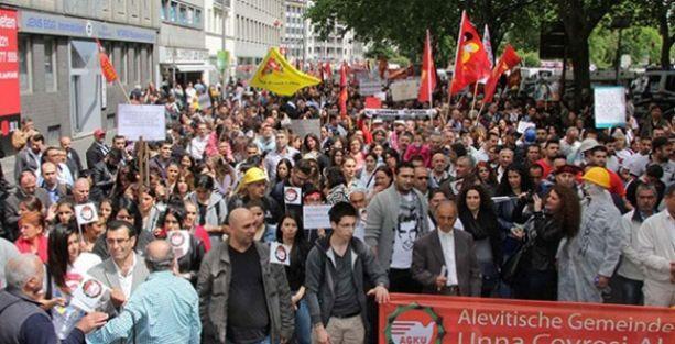 Köln'de en az 50 bin kişi Erdoğan'ı protesto için yürüdü