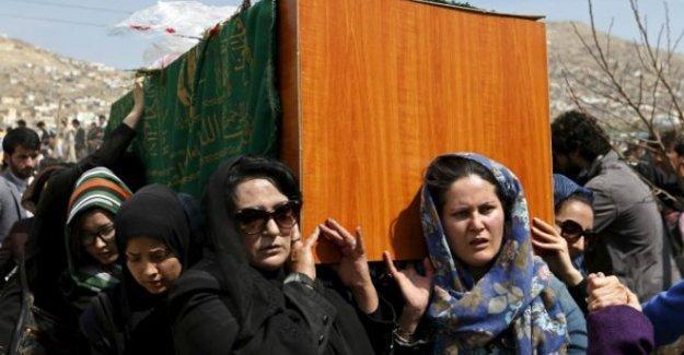 Kuran yaktığı öne sürülerek linç edilen Afgan kadının tabutunu kadınlar taşıdı