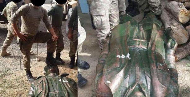 Lice'de askerler yıktıkları heykele basarak poz verdiler