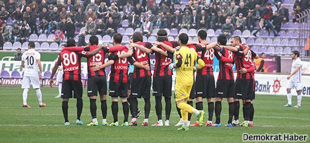 Maç oynanırken saha ortasında protesto