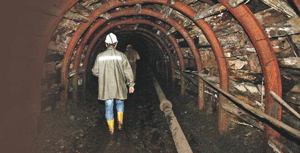 Madencilerin primleri masa başındaki memurlara dağıtılmış