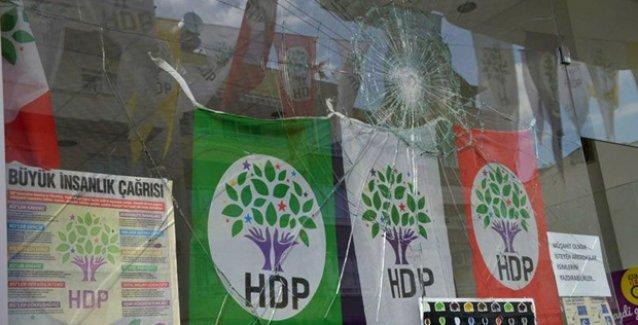 Mersin'de HDP seçim bürosuna saldırı: Büronun önüne MHP bayrağı bırakıldı!