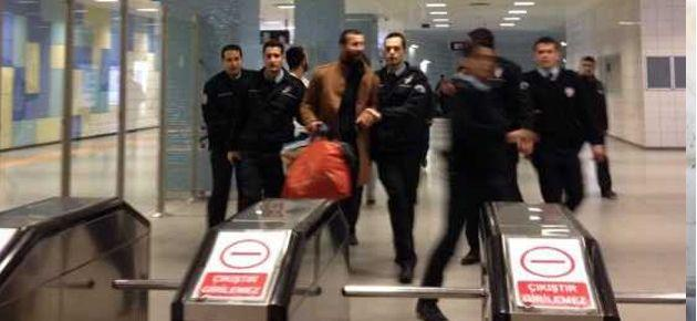 Metroda eylemcilere bıçaklı saldırı
