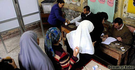 Mısır ilk turunda referanduma 'evet' dedi