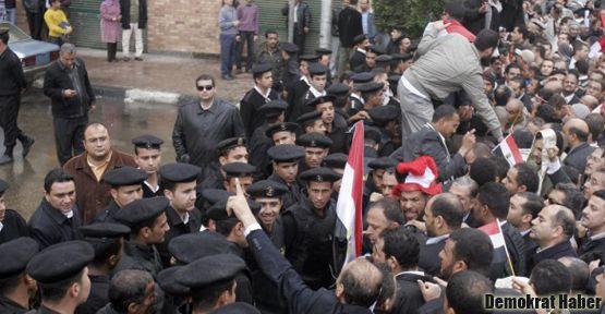 Mursi yandaşları Anayasa Mahkemesi'ni engelliyor