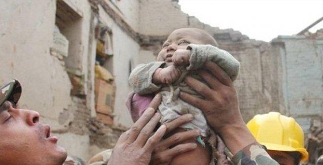 Nepal'de 5 aylık bebek 22 saat sonra kurtarıldı