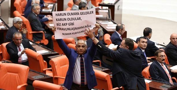 Numan Kurtulmuş'a yemin sırasında dövizli protesto