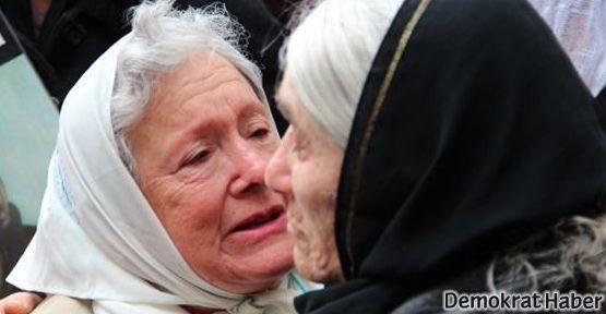 'Oğlumun öldürüldüğü yere çiçeklerle gittim; bana işkence yaptılar'