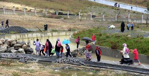 Okul yolu çamur dolu