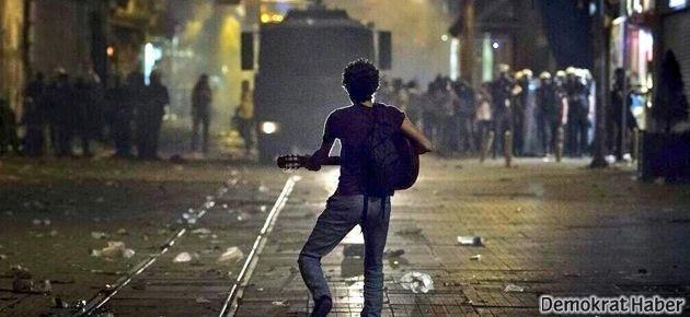 Onlarca polise ve TOMA'ya karşı gitarıyla şarkı söyledi