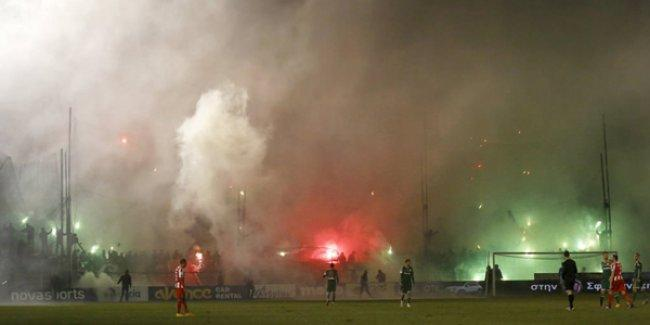 Panathinaikos - Olympiakos derbisinde taraftarlar sahaya girdi