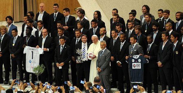 Papa 'Barış için dinler arası maç' öncesi futbolcuları kabul etti