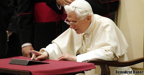 Papa ilk tweetini attı