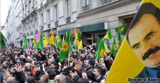 Paris'te binlerce kişi suikasti protesto ediyor