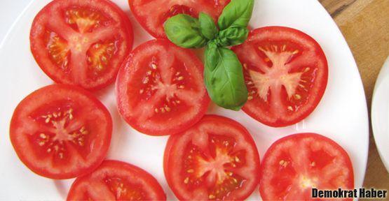 Plajın yolunu domates açıyor