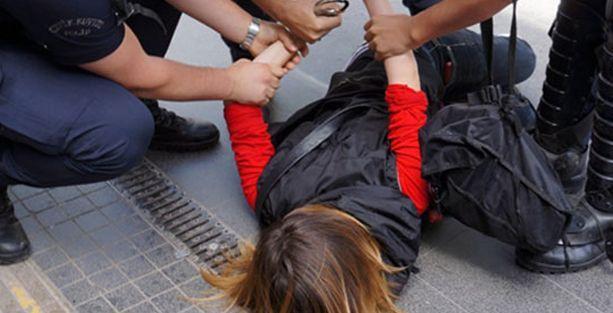 'Polis çırılçıplak soyunup ıkınmamı istedi'