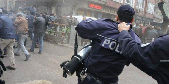 Polis gaz sıkmak istemedi, amirleri ensesinden tutup zorla eylemcilere 'saldırttı'