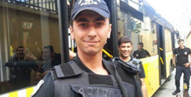 Polis gazeteciyi önce darp etti, sonra da böyle poz verdi
