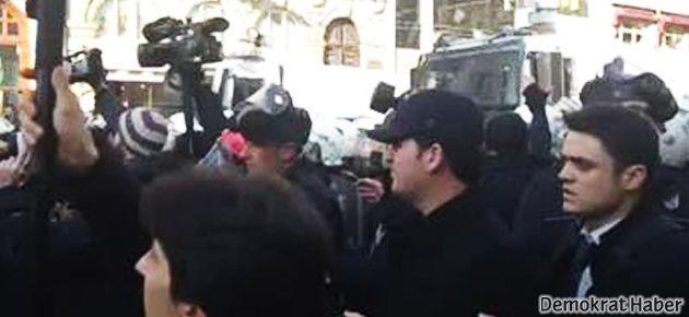 Polis, Taksim'deki 'Paris Katliamı' anmasına saldırdı