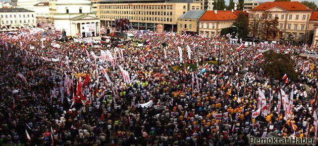 Polonya'da on binlerce işçi sokakta