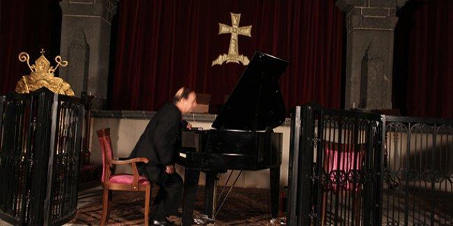 Raffi Bedrosyan Diyarbakır'da Surp Giragos kilisesinde konser verdi