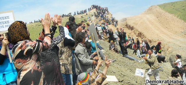 Rojavalılar açılan hendeği dolduruyor