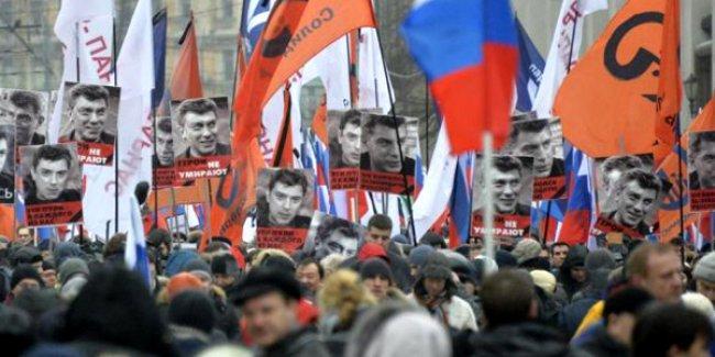 Rusya'da binlerce kişi öldürülen muhalif lider için yürüdü
