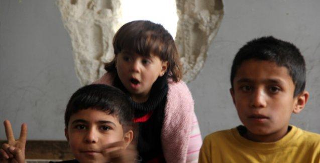 Sınıfları delik deşik olsa da Kobani'de eğitim sürüyor