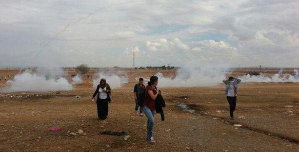 Sınırda 'insan zinciri'ne polis saldırısı