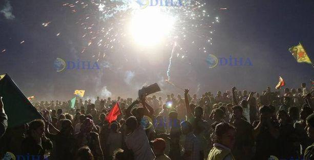 'Sınırlar' aşıldı, yüzlerce kişi Kobani'de!