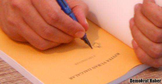 Sırrı Süreyya, Kıyıya Vuran Dalgalar'ı imzaladı