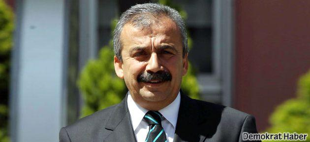 Sırrı Süreyya Önder Meclis'e kotla geldi