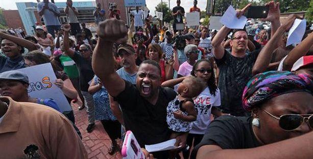 Siyahi gencin öldürüldüğü şehirde sokağa çıkma yasağı