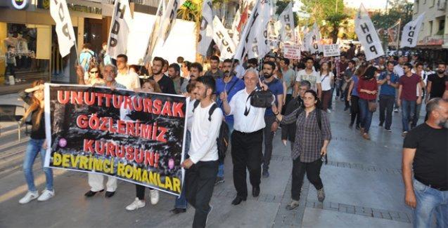 Soma'da iş cinayetine kurban giden madenciler İzmir'de karanfillerle anıldı