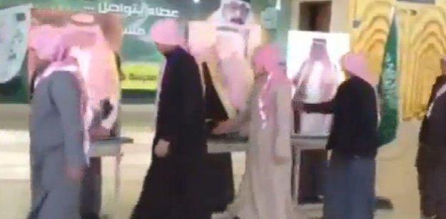 Suudi Arabistan'da kuyruğa girip kartonların 'elini' sıktılar