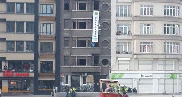 Taksim Meydanı'nda 'Korkmayın' pankartı
