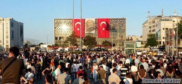 Taksim'de 'duran adam' eylemine devam