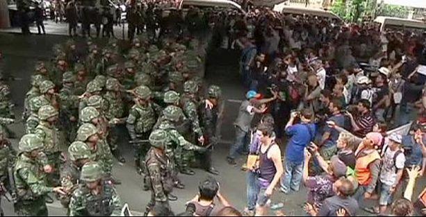 Tayland'da darbe karşıtları sokakta