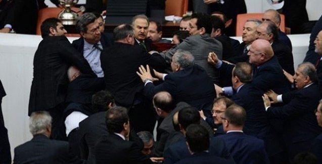 Mecliste yine kavga: AKP ve CHP'li vekiller birbirine girdi