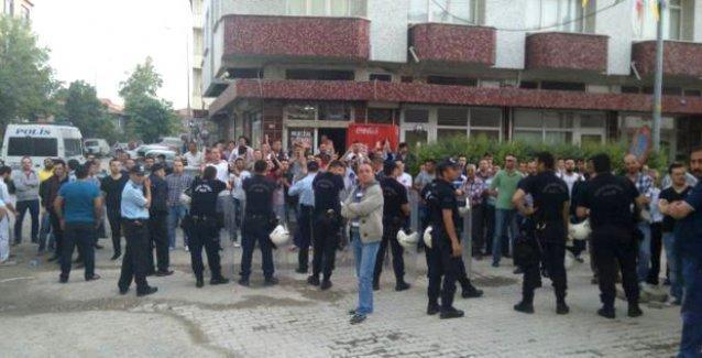 Tekirdağ'da  HDP'lilere saldırı: Seçim bürosu ablukaya alındı, partililer içerde mahsur!