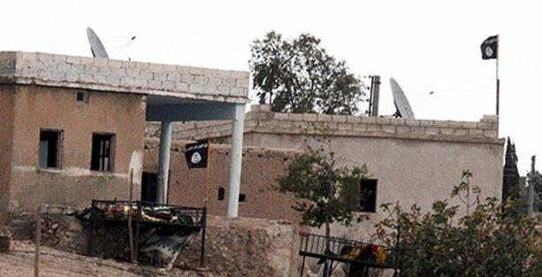 Türkiye sınırına 250 metrede IŞİD bayrağı!