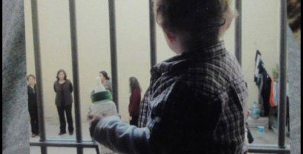 Üç yaşında cezaevinde, oyuncağı 'TOMA'