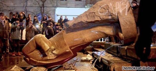Ukrayna'da protestocular Lenin heykelini yıktı