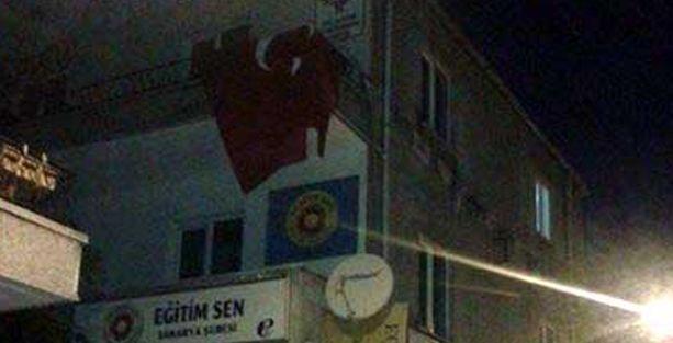 Ülkücüler HDP binasına Türk bayrağı astı!